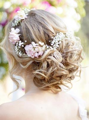 прическа с живыми цветами